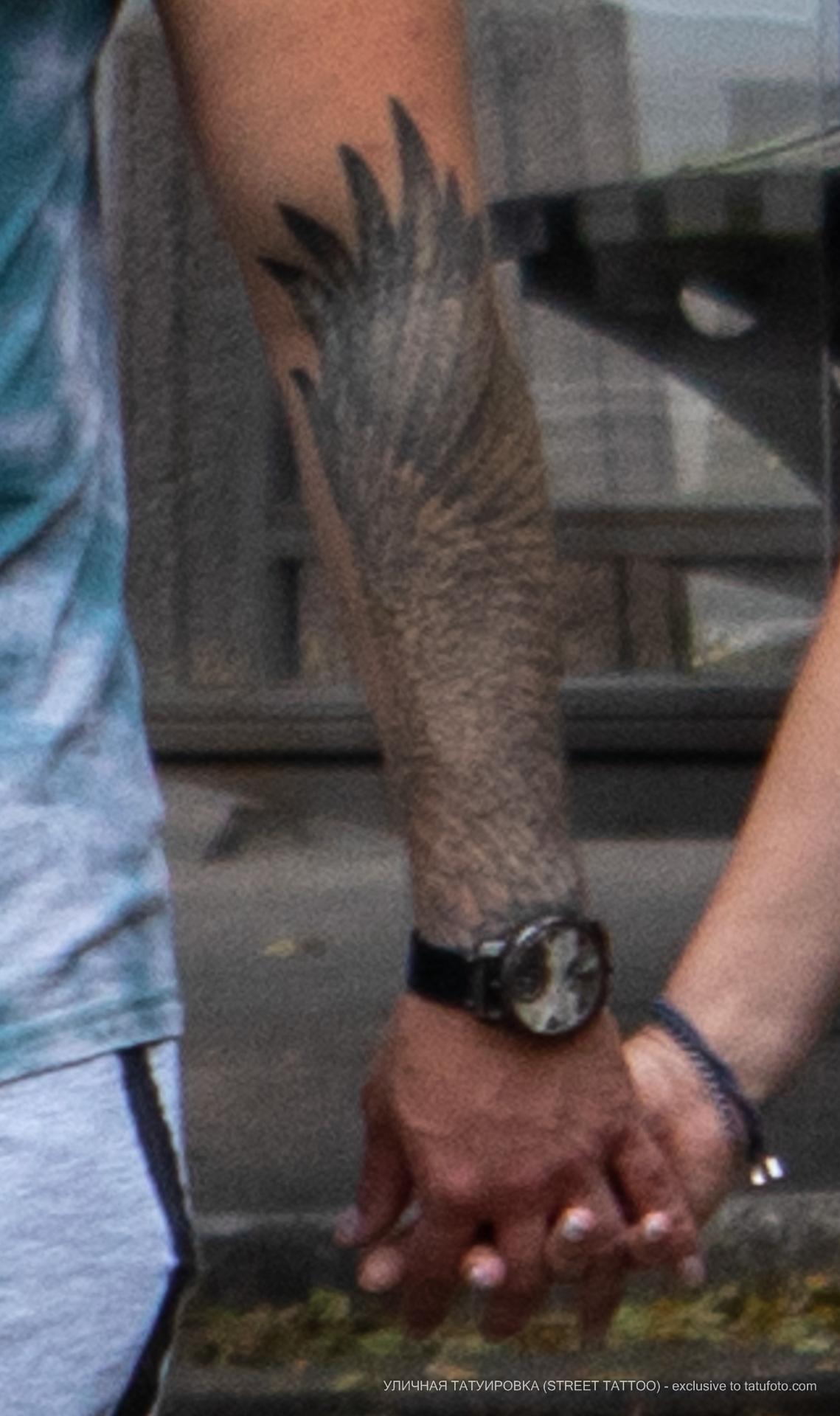 Фото тату с крылом на запястье парня - Уличная татуировка (street tattoo) № 06 – 18.06.2020 – tatufoto.com 1