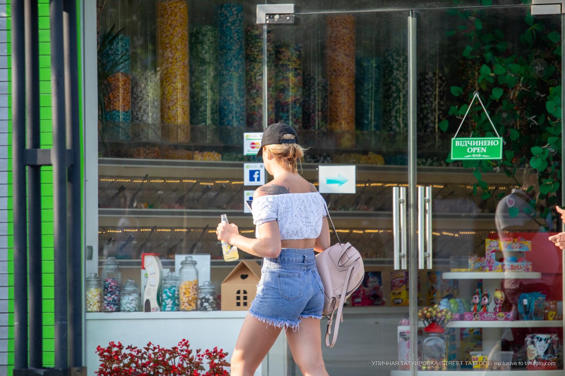 Фото тату с крыльями на спине девушки – Уличная татуировка (street tattoo) № 06 – 18.06.2020 – tatufoto.com 1