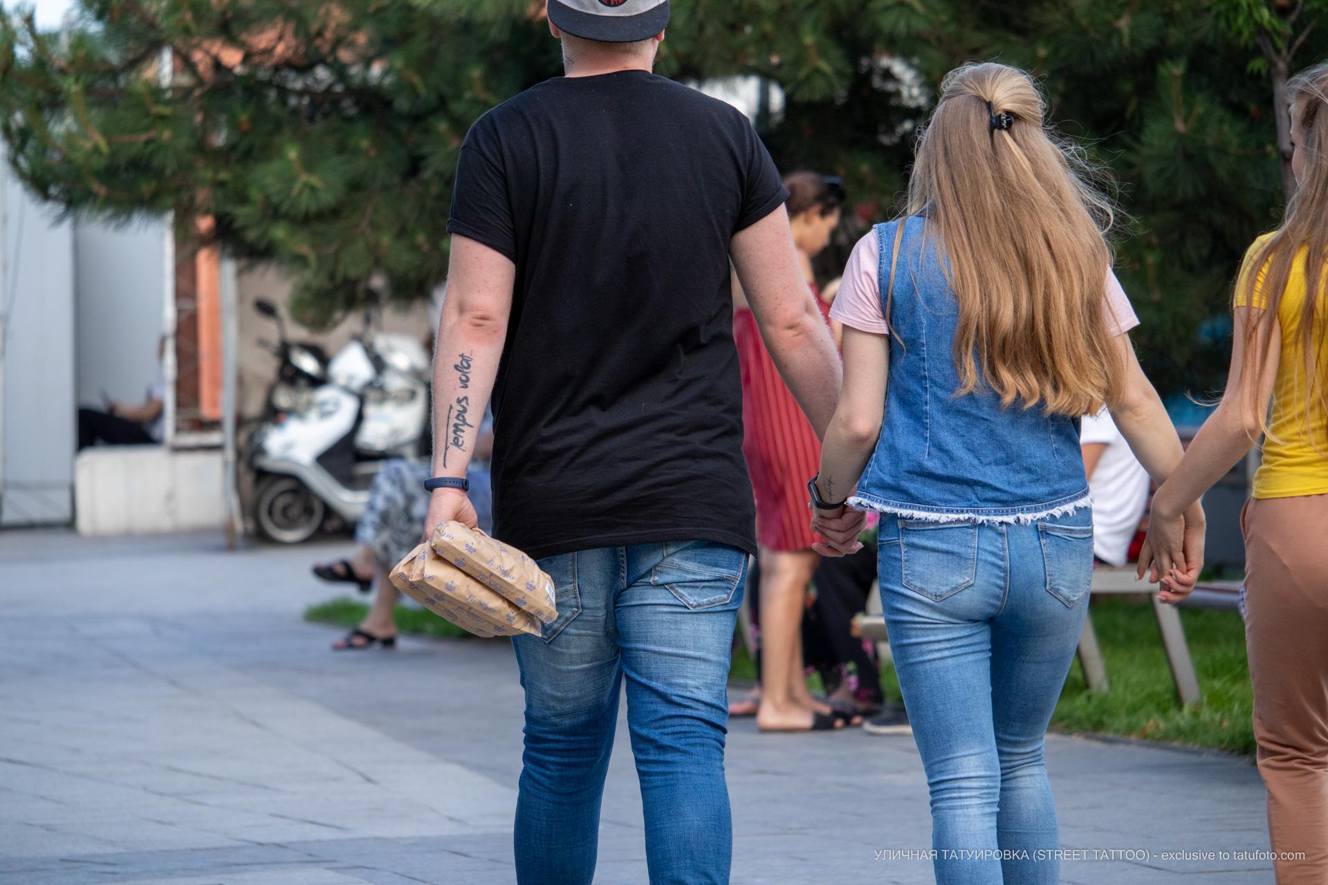 Фото тату с надписью tempus volat – время летит на руке парня - Уличная татуировка (street tattoo) № 06 – 18.06.2020 – tatufoto.com 1