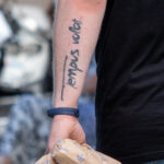 Фото тату с надписью tempus volat – время летит на руке парня - Уличная татуировка (street tattoo) № 06 – 18.06.2020 – tatufoto.com 2