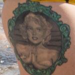 Фото тату с портретом Мерлин Монро в круглой рамке – Уличная татуировка (Street tattoo) № 04 – 12.06.2020 для tatufoto.com 3