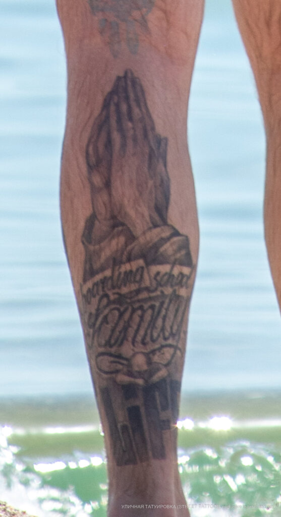 Фото тату с руками молящегося на ноге парня – Уличная татуировка (Street tattoo) № 04 – 12.06.2020 для tatufoto.com 1