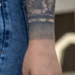 Фото тату с цветами браслетом на запястье левой руки девушки – Уличная татуировка (Street tattoo) № 05 – 15.06.2020 для tatufoto.com 2