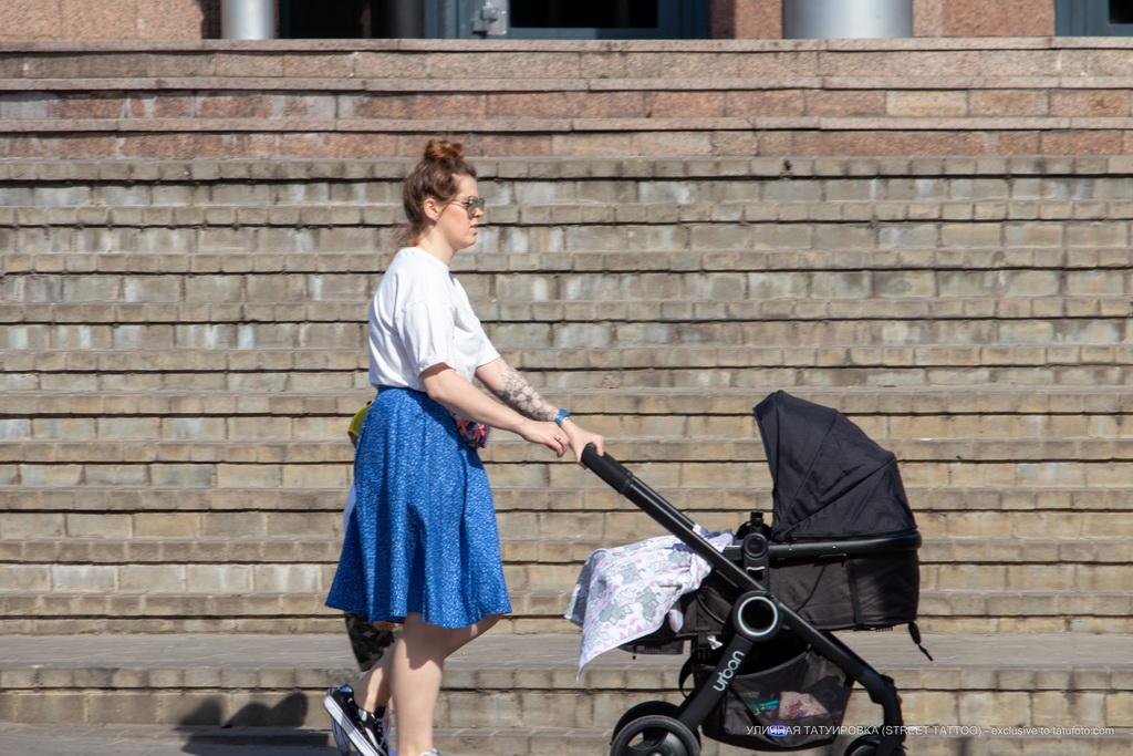 Фото тату с цветами на левой руке девушки– Уличная татуировка (Street tattoo) № 04 – 12.06.2020 для tatufoto.com 1