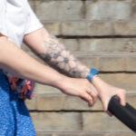 Фото тату с цветами на левой руке девушки– Уличная татуировка (Street tattoo) № 04 – 12.06.2020 для tatufoto.com 2