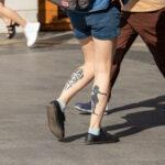 Фото тату с черным силуэтом девочки в платье на ветру - Уличная татуировка (street tattoo) № 06 – 18.06.2020 – tatufoto.com 2