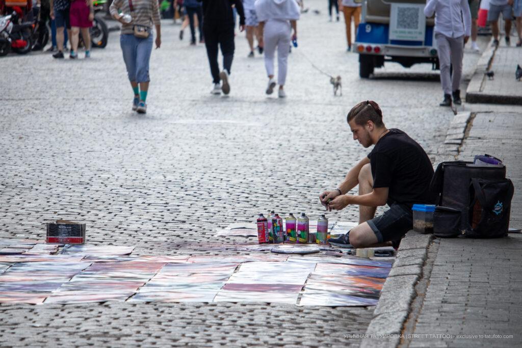 Фото уличного художника который рисует краской из баллона – Уличная татуировка (Street tattoo) № 05 – 15.06.2020 для tatufoto.com