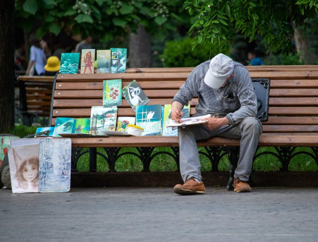 Фото художника который рисует в парке – Уличная татуировка (Street tattoo) № 05 – 15.06.2020 для tatufoto.com 2