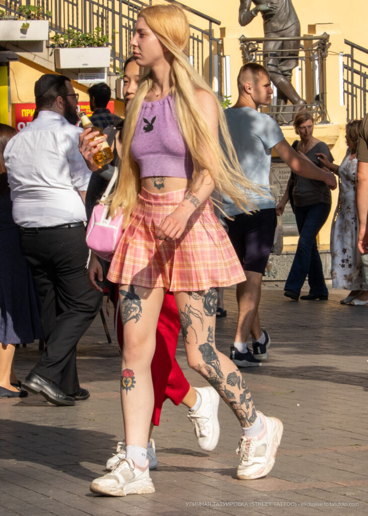 Хендпоук тату на теле колоритной молодой девушки – Уличная татуировка (Street tattoo) № 05 – 15.06.2020 для tatufoto.com 11