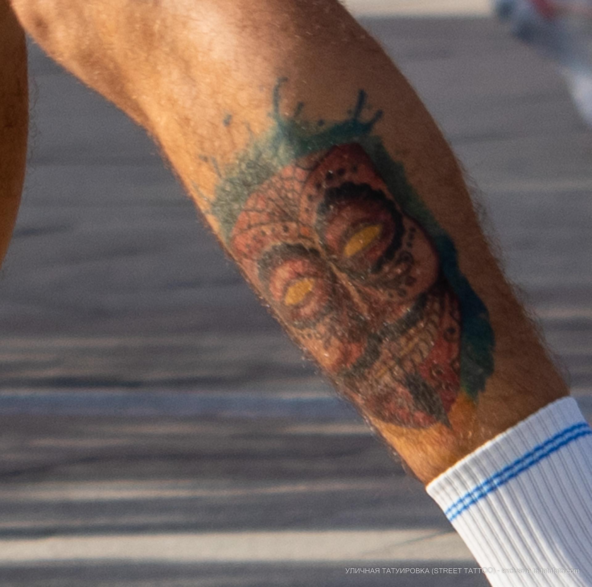 Цветная татуировка с маской внизу ноги парня - Уличная татуировка (street tattoo) № 06 – 18.06.2020 – tatufoto.com 6