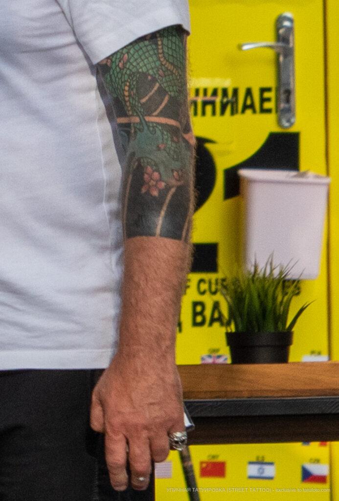 Цветная тату с восточным рукавом на руке мужчины – Уличная татуировка (Street tattoo) № 05 – 15.06.2020 для tatufoto.com 4