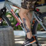 Черно-красная тату с шутом на ноге велосипедиста – Уличная татуировка (Street tattoo) № 04 – 12.06.2020 для tatufoto.com 1