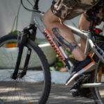 Черно-красная тату с шутом на ноге велосипедиста – Уличная татуировка (Street tattoo) № 04 – 12.06.2020 для tatufoto.com 2