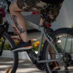 Черно-красная тату с шутом на ноге велосипедиста – Уличная татуировка (Street tattoo) № 04 – 12.06.2020 для tatufoto.com 3