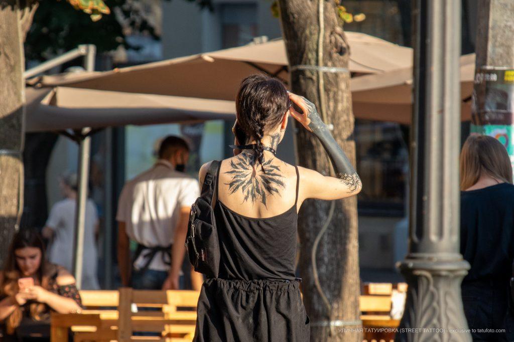 Блекворк тату с сухими ветками дерева на руке девушки --Уличная тату-street tattoo-21.09.2020-tatufoto.com 1