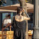 Блекворк тату с сухими ветками дерева на руке девушки --Уличная тату-street tattoo-21.09.2020-tatufoto.com 2