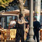 Блекворк тату с сухими ветками дерева на руке девушки --Уличная тату-street tattoo-21.09.2020-tatufoto.com 3