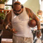 Взрослый колоритный мужчина с мячем для регби и брутальными татуировками – 17.09.2020 – tatufoto.com 2