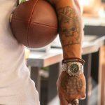 Взрослый колоритный мужчина с мячем для регби и брутальными татуировками – 17.09.2020 – tatufoto.com 3