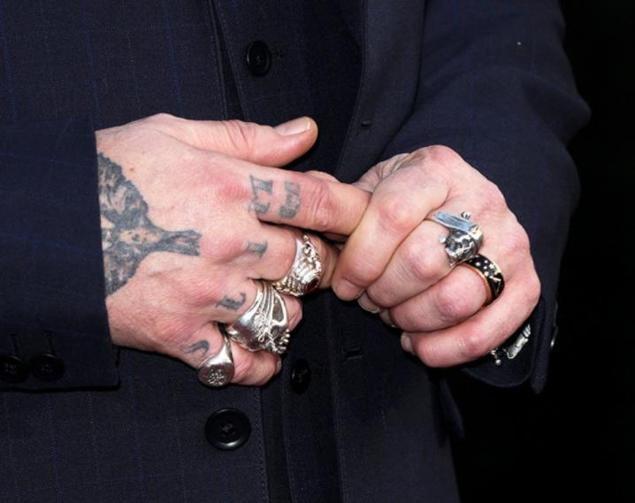 Джонни Депп тату на пальце фото 123