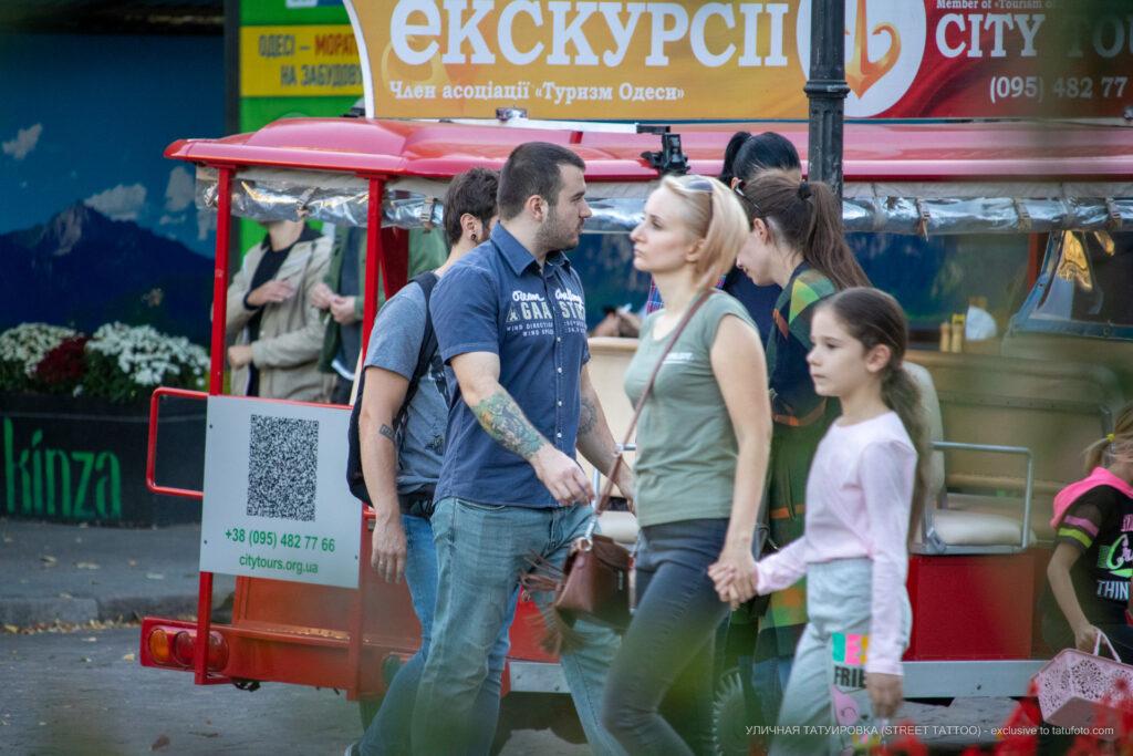 Зеленая татуировка на правой руке парня – Уличная татуировка (street tattoo)-29.09.2020-tatufoto.com 3