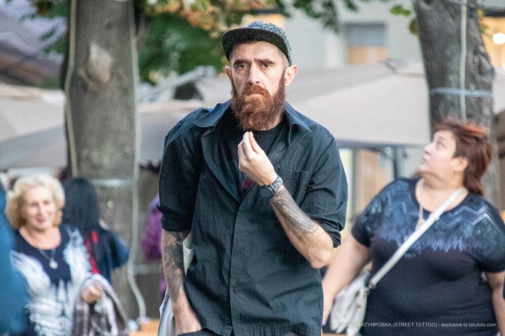 Колоритный мужчина с рыжей бородой и татуировками на руках – Уличная татуировка (street tattoo)-29.09.2020-tatufoto.com 5