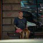 Колоритный мужчина с собакой и блекворк татуировками - Уличная татуировка 14.09.2020 – tatufoto.com 1