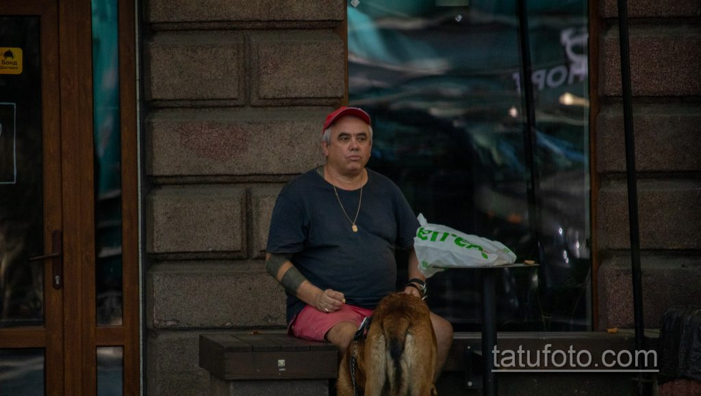 Колоритный мужчина с собакой и блекворк татуировками - Уличная татуировка 14.09.2020 – tatufoto.com 4