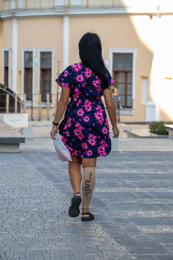 Компрессионный чулок с имитацией татуировки змея на ноге девушки -Уличная тату-street tattoo-21.09.2020-tatufoto.com 1