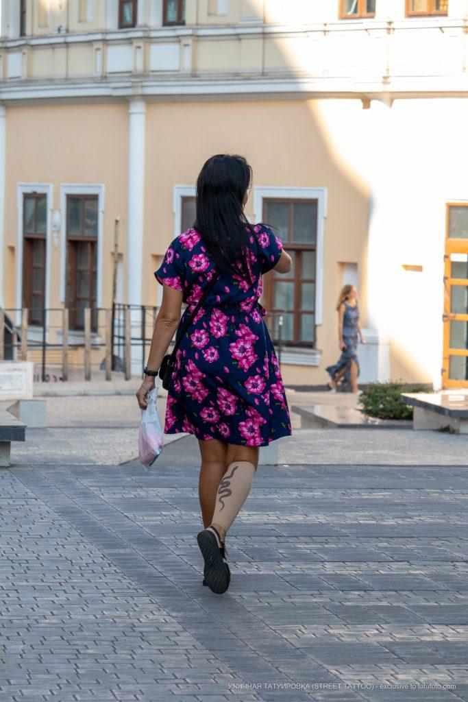 Компрессионный чулок с имитацией татуировки змея на ноге девушки -Уличная тату-street tattoo-21.09.2020-tatufoto.com3