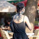 Красивая черная тату кругом на спине и шее девушки --Уличная тату-street tattoo-21.09.2020-tatufoto.com 1