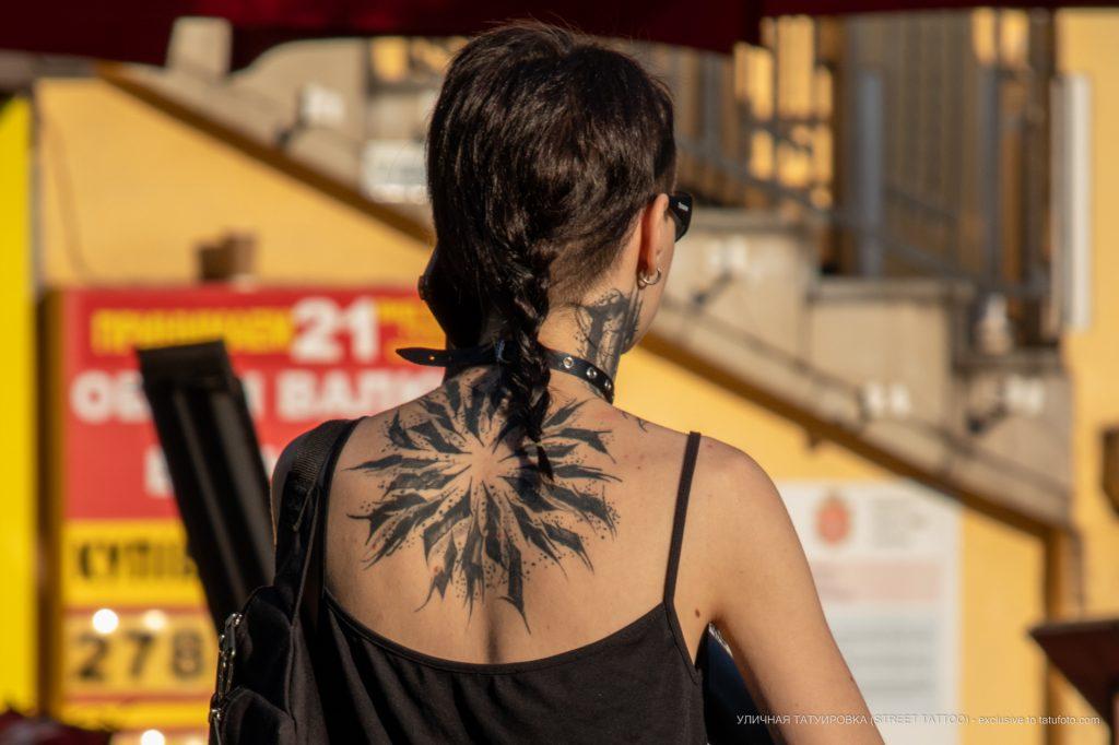 Красивая черная тату кругом на спине и шее девушки --Уличная тату-street tattoo-21.09.2020-tatufoto.com 3