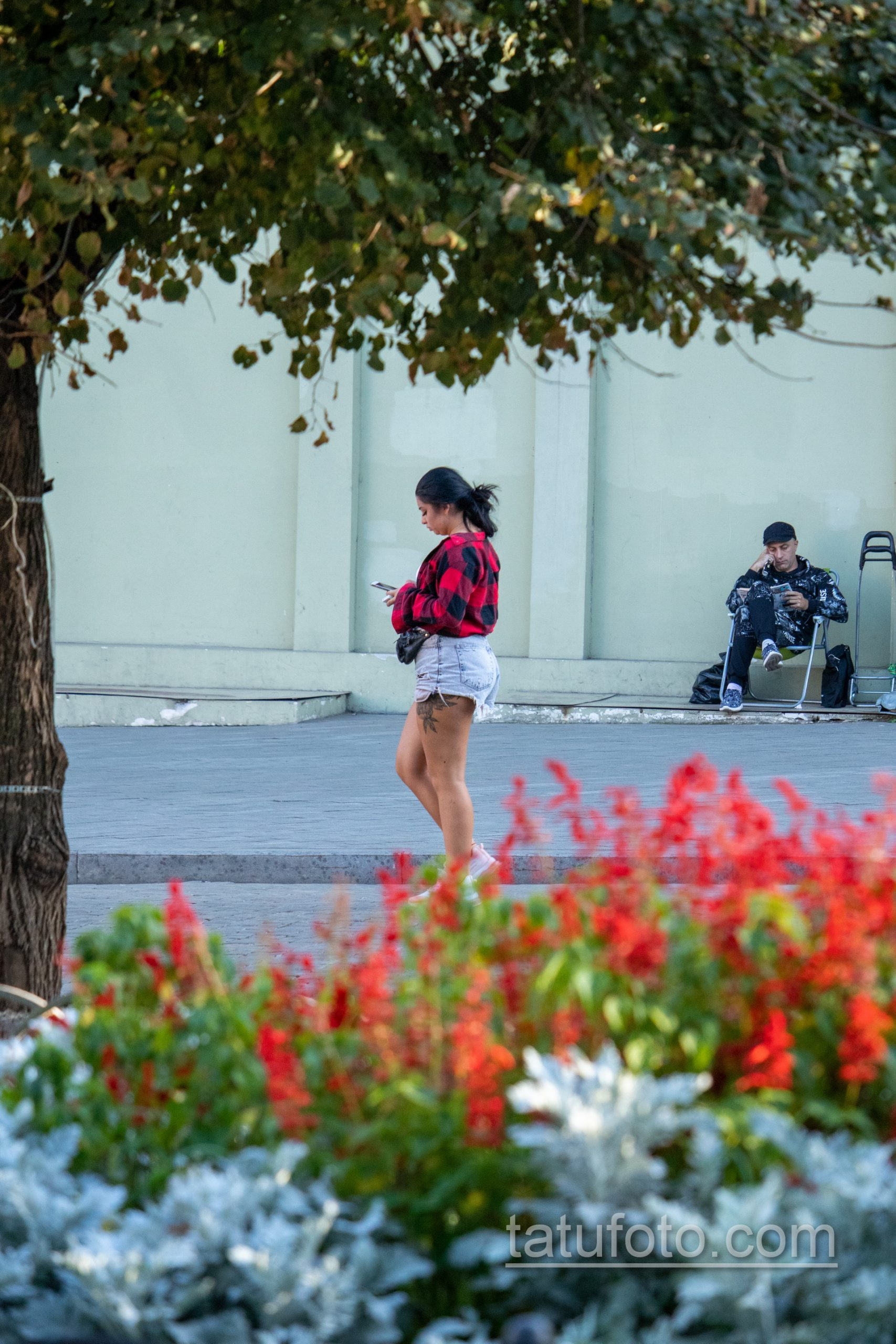 Крупная тату с цветами на бедре у девушки – Уличная татуировка 14.09.2020 – tatufoto.com 1