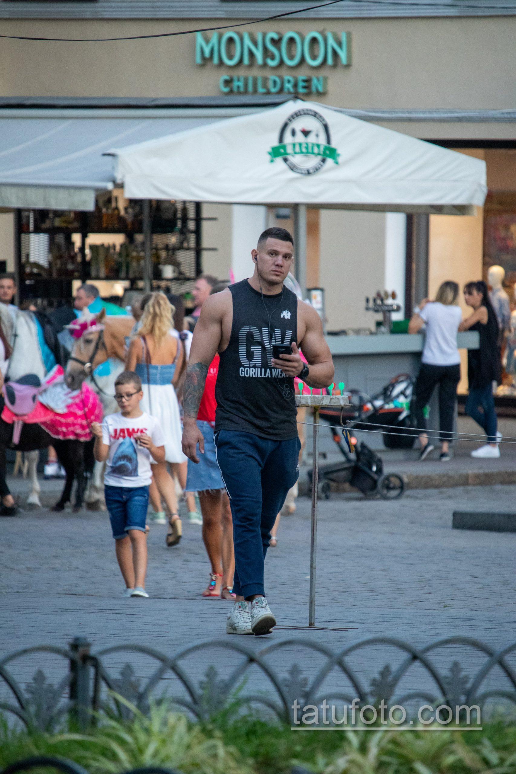 Культурист с цветной татуировкой на правой руке – Уличная татуировка 14.09.2020 – tatufoto.com 1