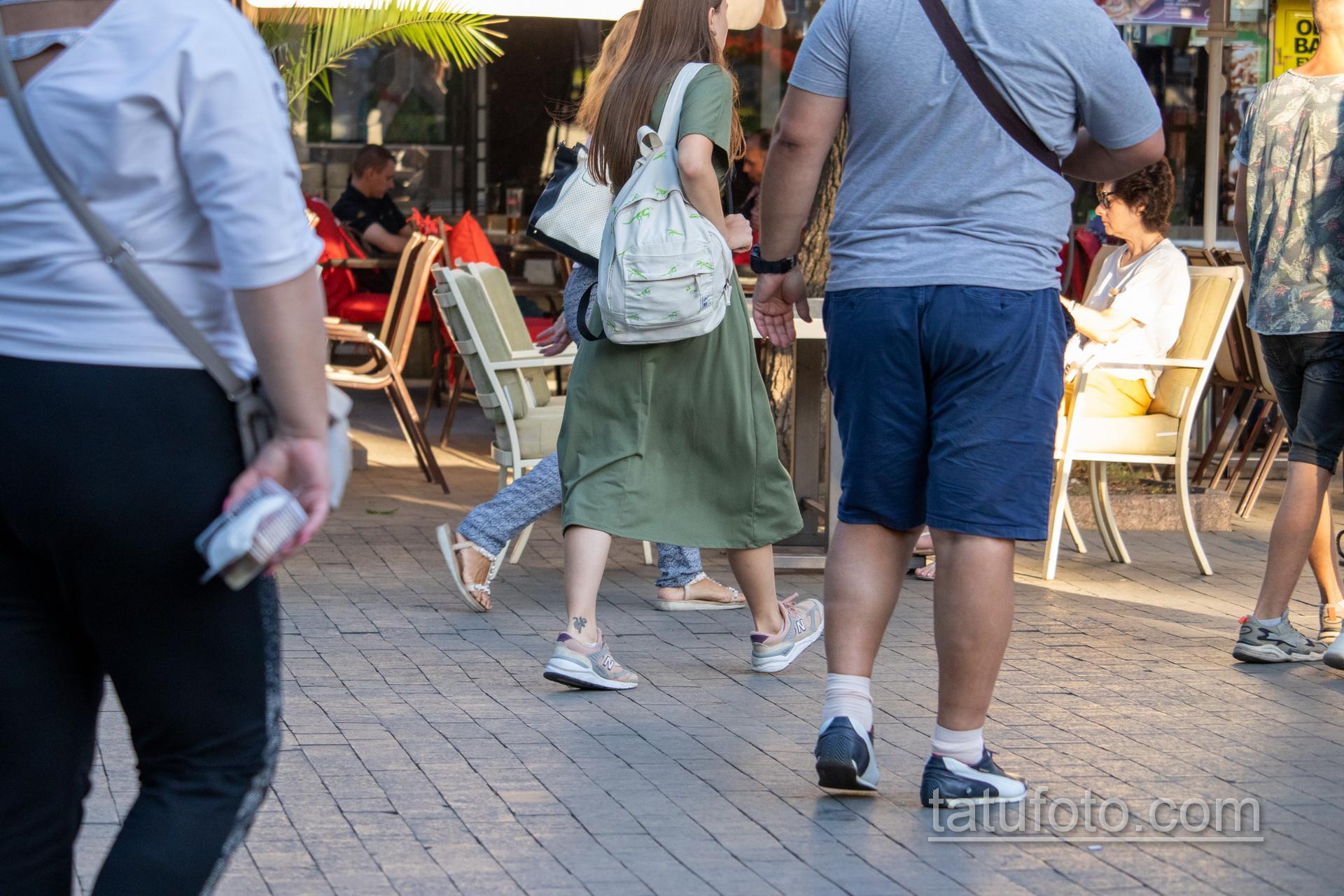 Маленькая тату с саламандрой внизу ноги девушки – Уличная татуировка 14.09.2020 – tatufoto.com 4