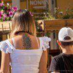 Молодая мама с татуировкой цветы и геометрия на спине между лопаток – 17.09.2020 – tatufoto.com 7