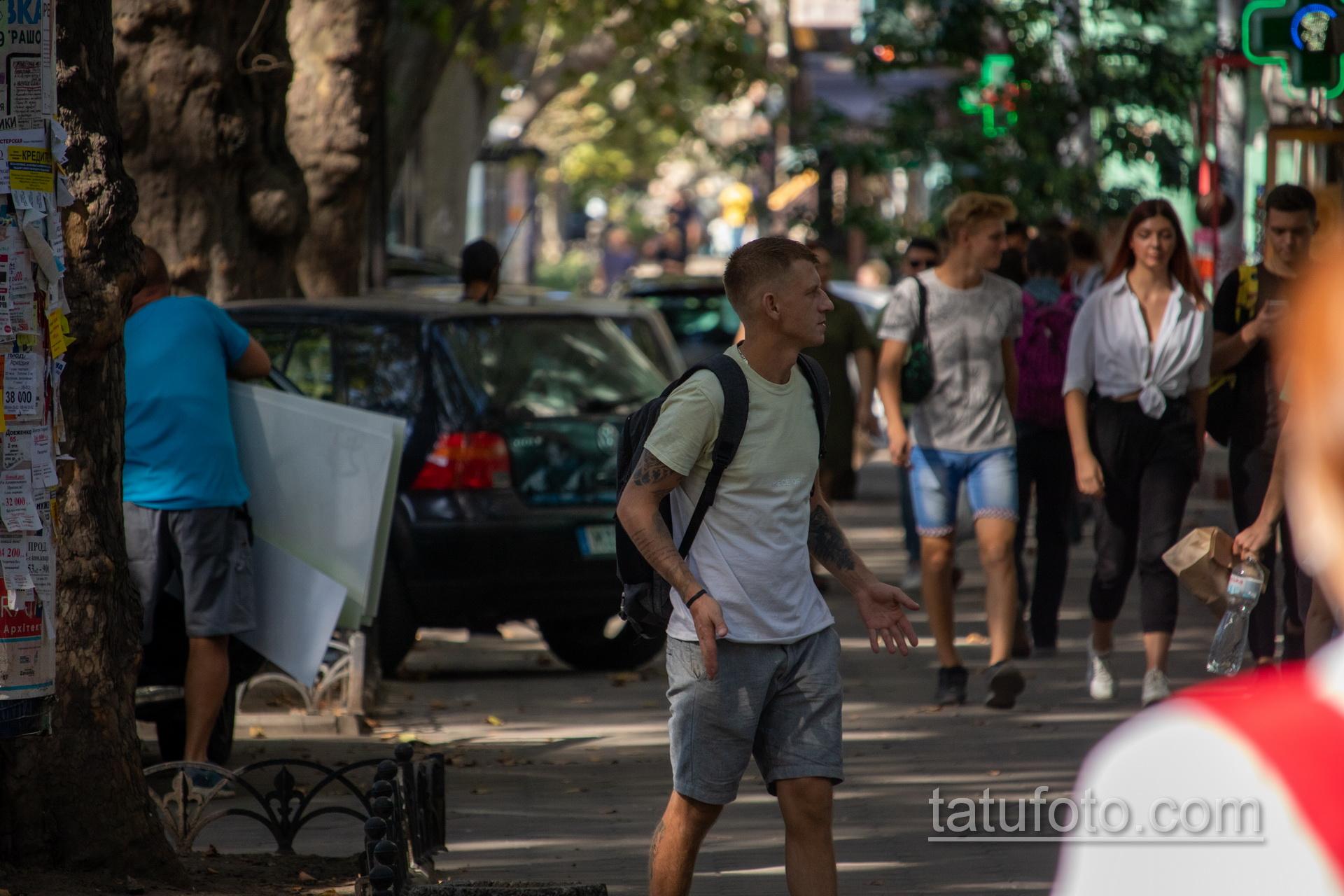 Молодой парень с тату на руках и ногах - Уличная татуировка 14.09.2020 – tatufoto.com 2