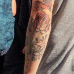 Олд Скул тату с розой – девушкой и кинжалом на руке у парня – Уличная татуировка 14.09.2020 – tatufoto.com 5