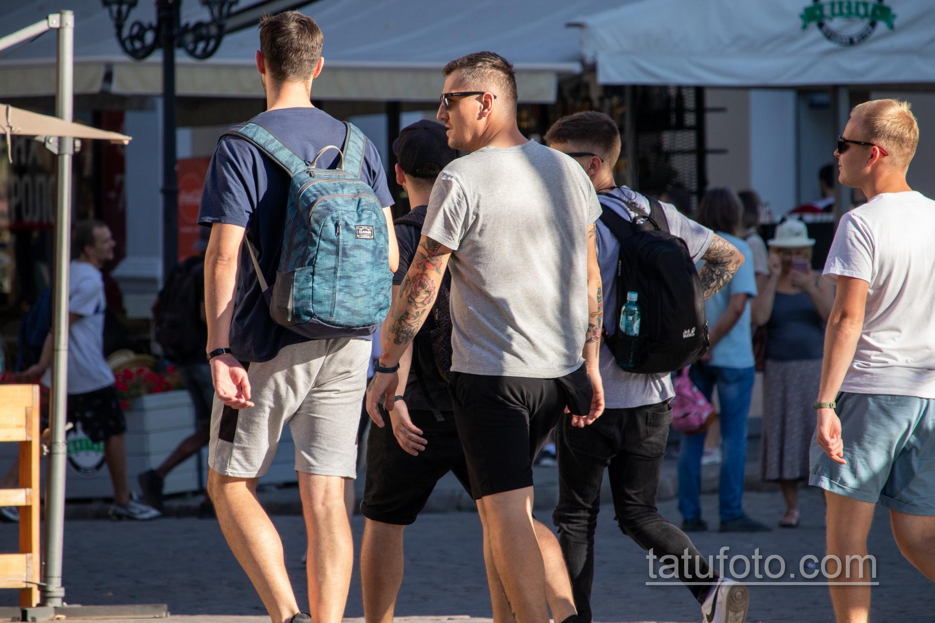 Олд Скул тату с розой – девушкой и кинжалом на руке у парня – Уличная татуировка 14.09.2020 – tatufoto.com 6