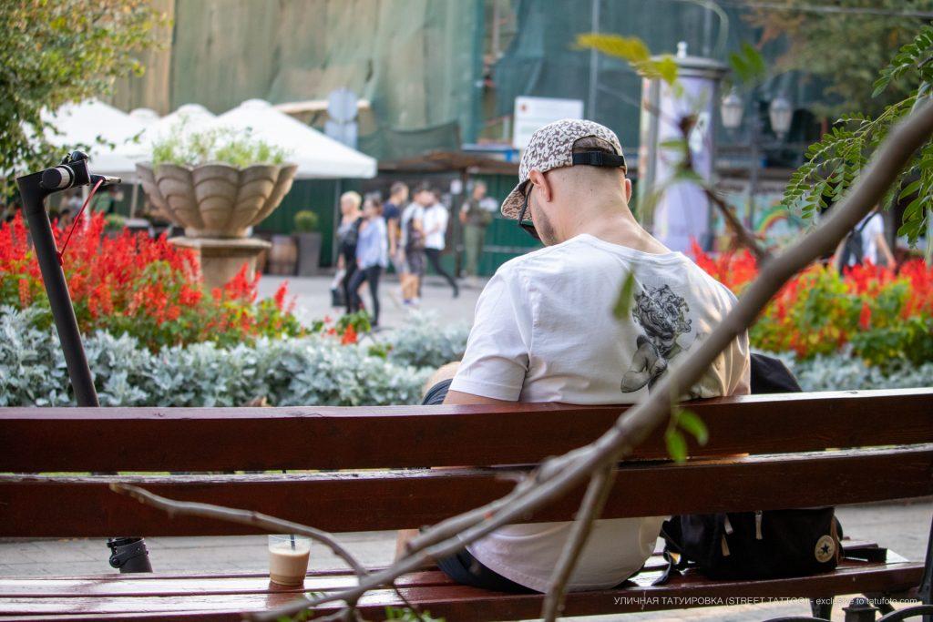Парень с самокатом сидит на скамейке и пьет кофе --Уличная тату-street tattoo-21.09.2020-tatufoto.com 1