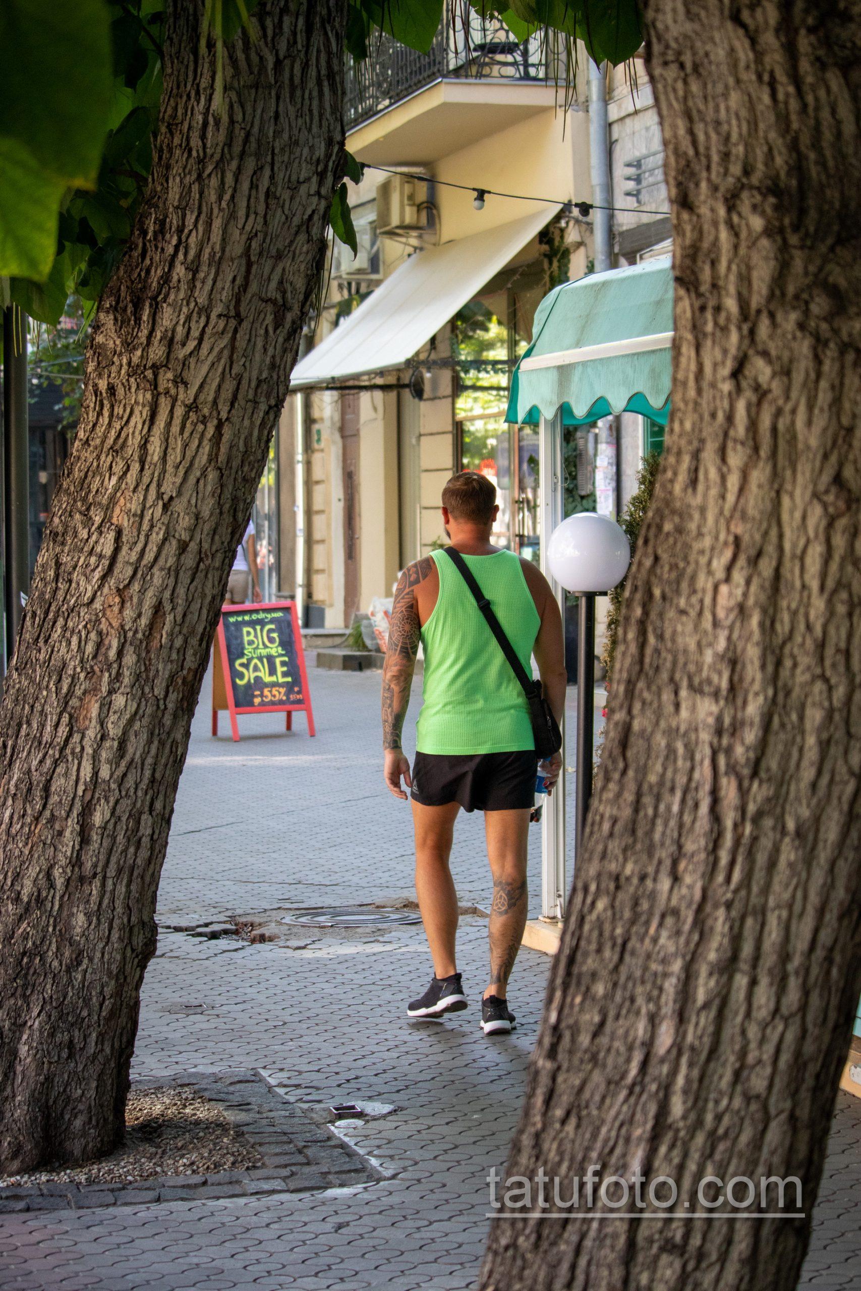 Славянские татуировки на левой руке и правой ноге мужчины - Уличная татуировка 14.09.2020 – tatufoto.com 1