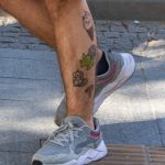 Смешные татуировки внизу ноги парня с рюкзаком – жирафом – мороженком и динозавром – tatufoto.com 2