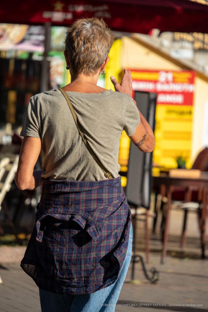 Старая тату браслет с вензелями на руке женщины – Уличная татуировка (street tattoo)-29.09.2020-tatufoto.com 1