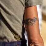 Старая тату браслет с вензелями на руке женщины – Уличная татуировка (street tattoo)-29.09.2020-tatufoto.com 4