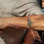 Старая тату с надписью УТРО и солнце на руке мужчины – Уличная татуировка (street tattoo)-29.09.2020-tatufoto.com 2