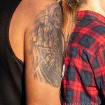 Татуировка со смертью которая показывает средний палец на правом плече мужчины – Уличная татуировка 14.09.2020 – tatufoto.com 3