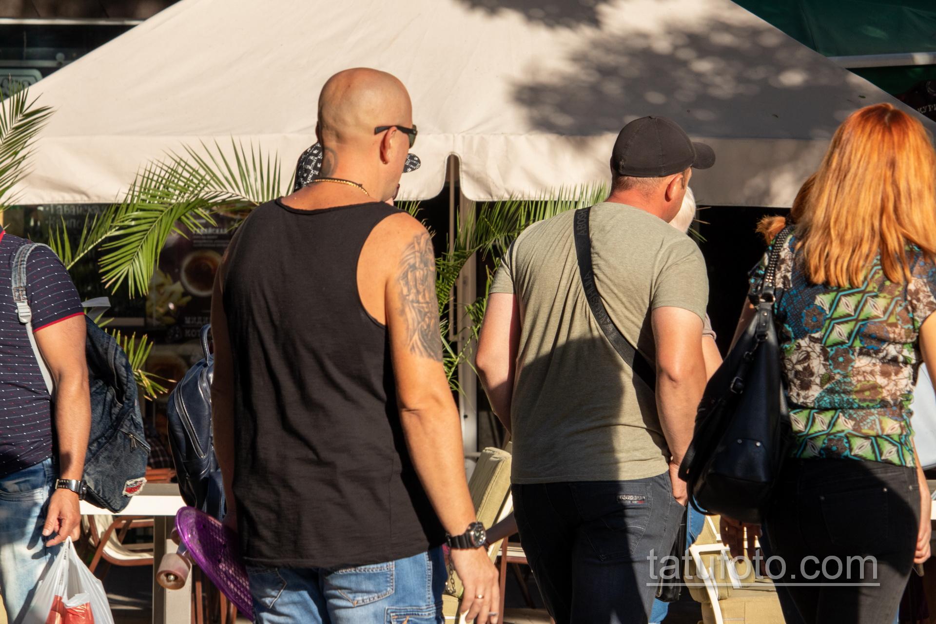 Татуировка со смертью которая показывает средний палец на правом плече мужчины – Уличная татуировка 14.09.2020 – tatufoto.com 4