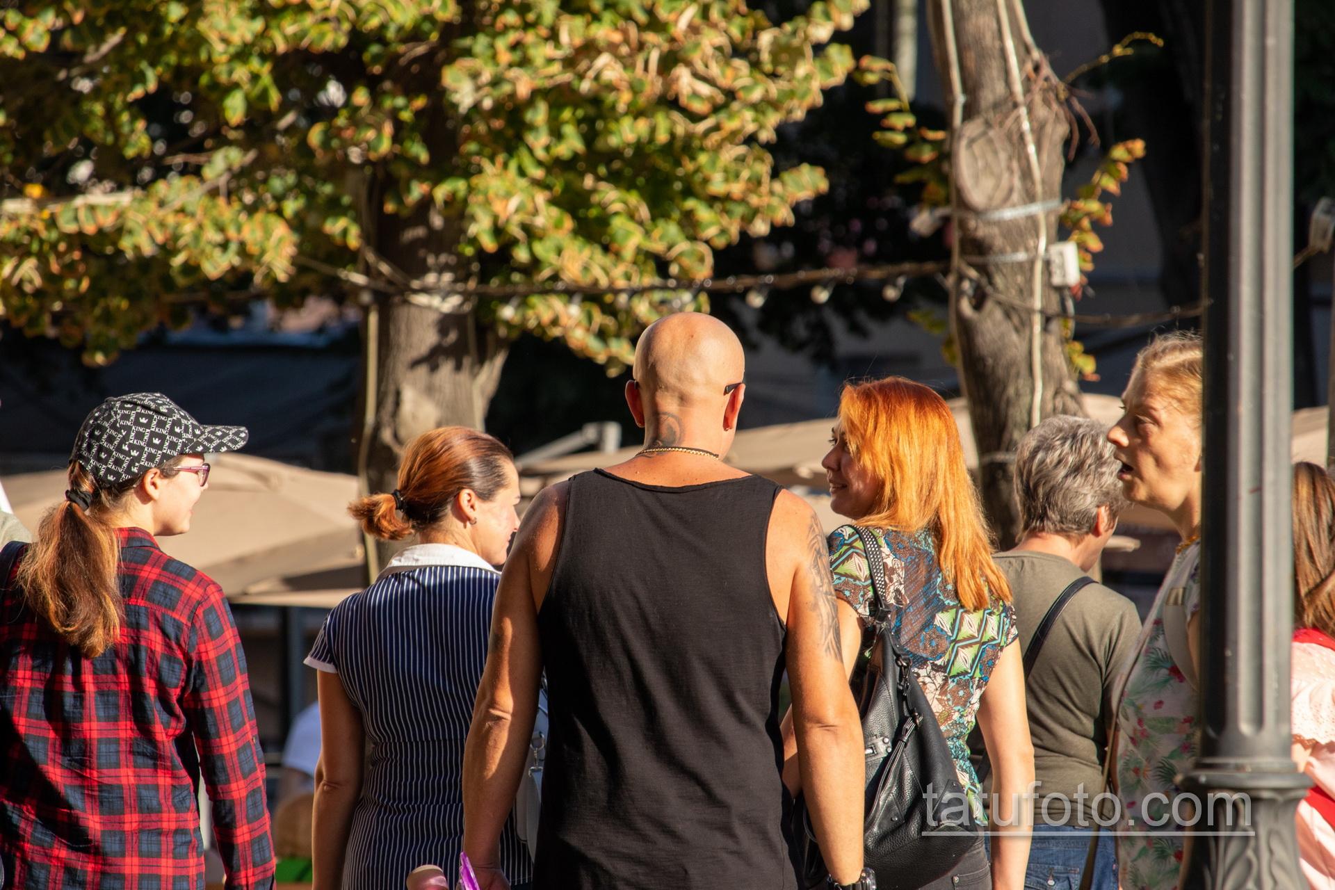 Татуировка со смертью которая показывает средний палец на правом плече мужчины – Уличная татуировка 14.09.2020 – tatufoto.com 8