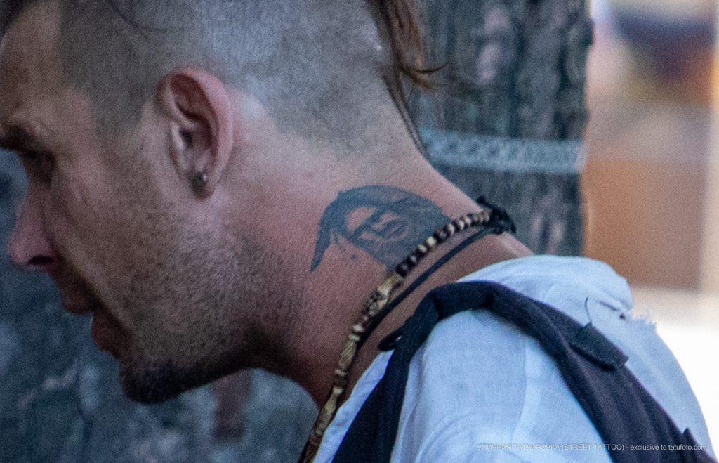 Татуировка с индейцем на шее мужчины – 17.09.2020 – tatufoto.com 2