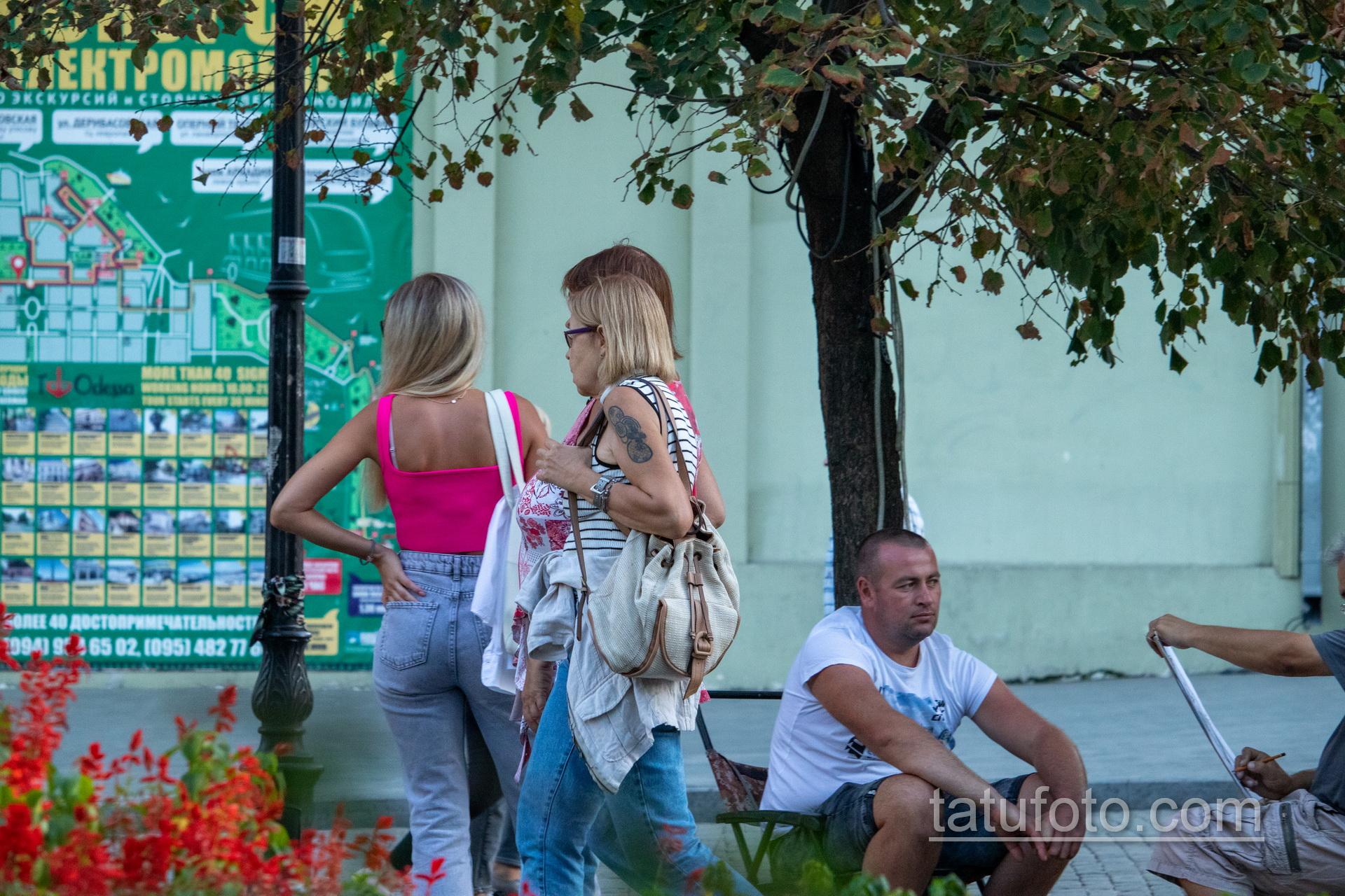 Татуировка с кругами на правом плече женщины в возрасте – Уличная татуировка 14.09.2020 – tatufoto.com 1